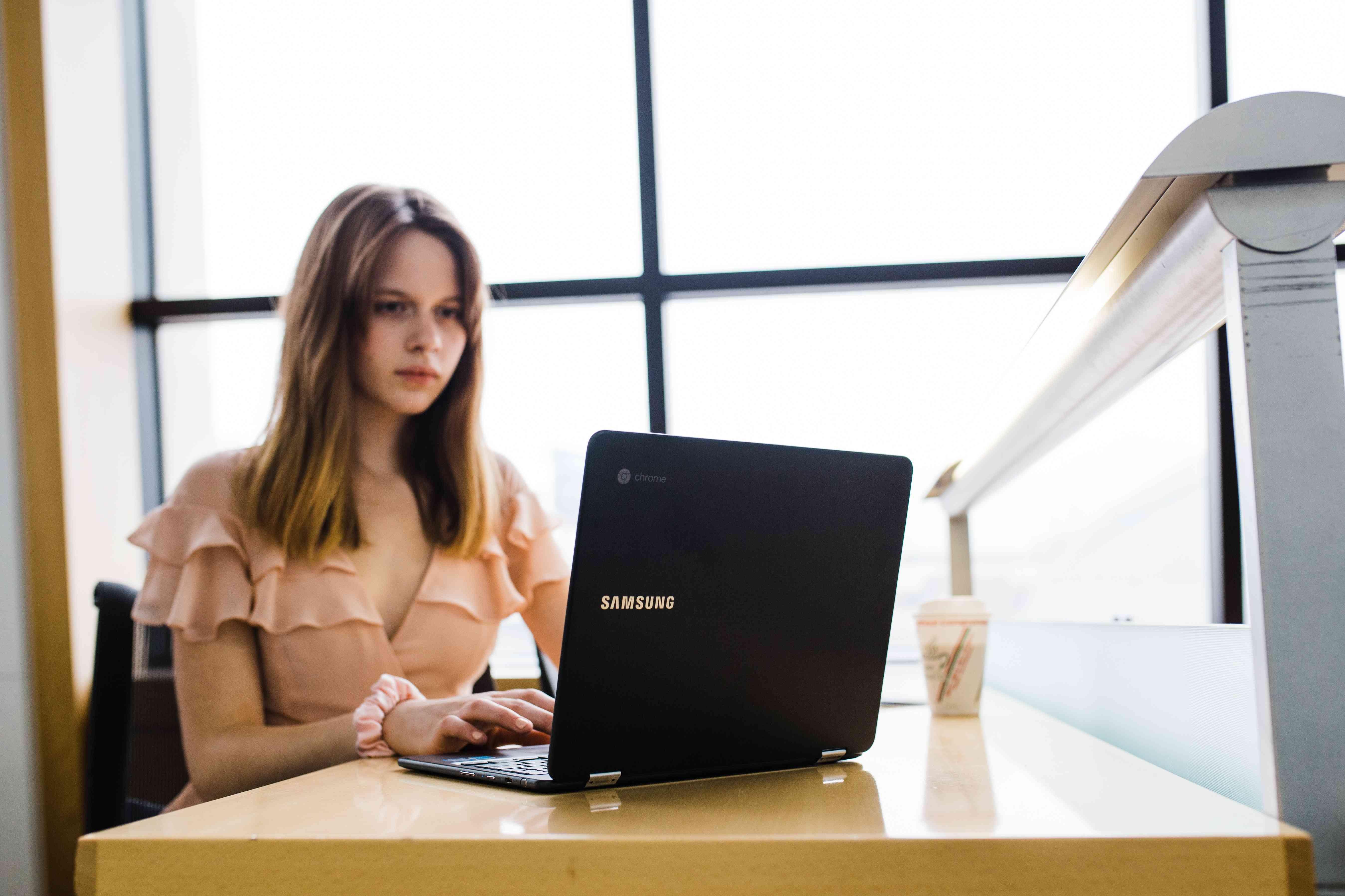 キャバ嬢にオススメな昼職の転職先♡-WEB系-